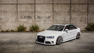 Audi RS4 Sedan (B8.5) + Suspensión Neumática AccuAir e-Level + Llantas HRE P104